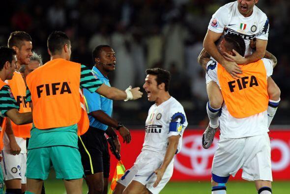 Milito le dejó el balón a Javier Zanetti, quien marc&oacut...