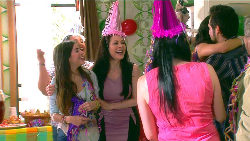 ¡Fiesta, Fiorella festejó su cumpleaños! 267E0F895ADC4A44AD67615791F1AAD...