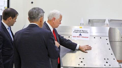 Michael Pence tocando equipamiento de la NASA.