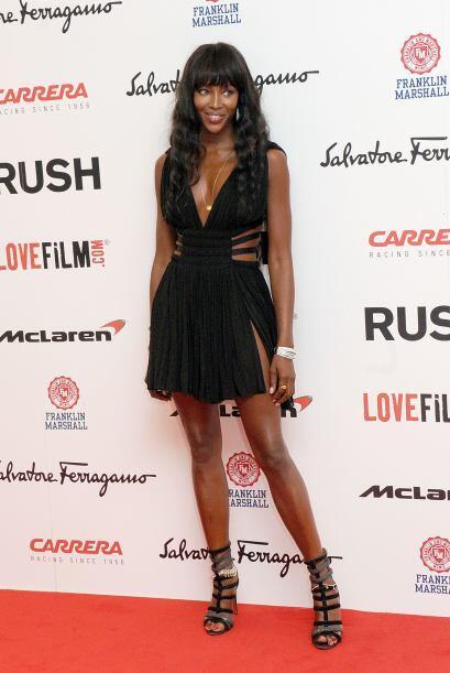 """¿Les gusta el estilo """"gladiador"""" de Naomi Campbell? A nosotras no nos ag..."""