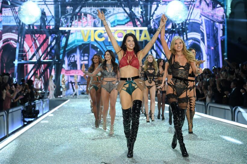 Mira a las modelos de Victoria's Secret cantar con Lady Gaga 'Million Re...