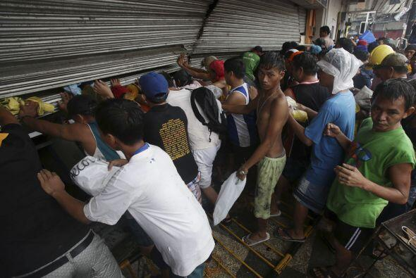 Dos días después del paso del tifón Haiyan por Filipinas, en el país sig...