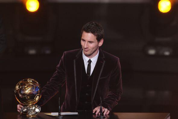 El futbolista mostró humildad y compartió su premio con Xa...