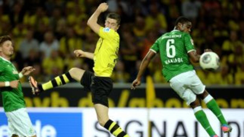 Lewandowski marcado por Makiadi en el triunfo del Borussia ante Bremen.