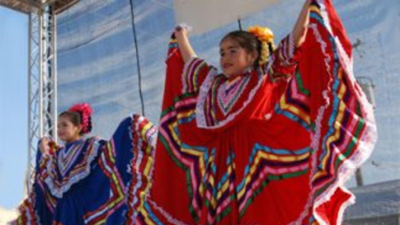 Estas pequeñas muestran trajes típicos mexicanos, para enaltecer su orgu...