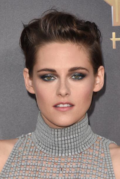 Kristen Stewart prefiere peinarlo todo hacia atrás, pero con volumen por...
