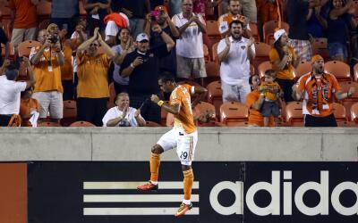 Mauro Manotas celebra gol de Houston Dynamo