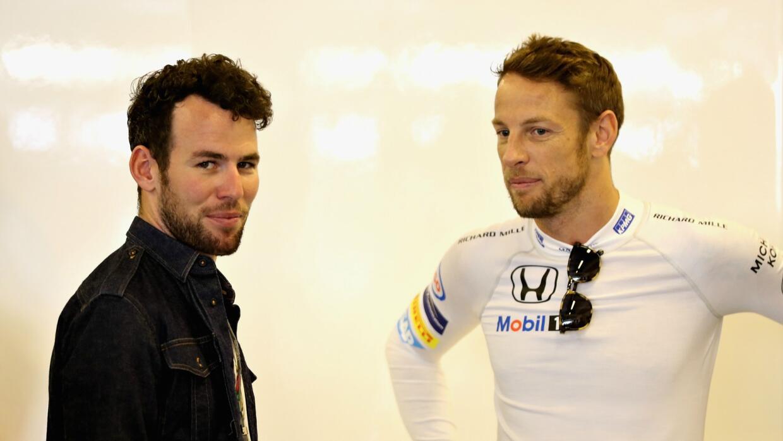Button (der.) junto al ciclista Mark Cavendish, previo al GP de Abu Dhabi.