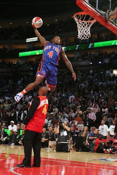 2006 - 2006 - Nate Robinson, de los Knicks de Nueva York salta sobre el...