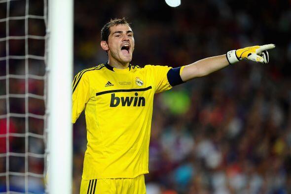 El arco de este equipo del año es custodiado por el español Iker Casillas.