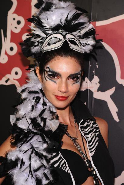 La modelo Teresa Moore, lució un elegante tocado de plumas.