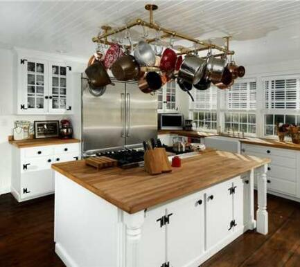 Renée Zellweger country kitchen