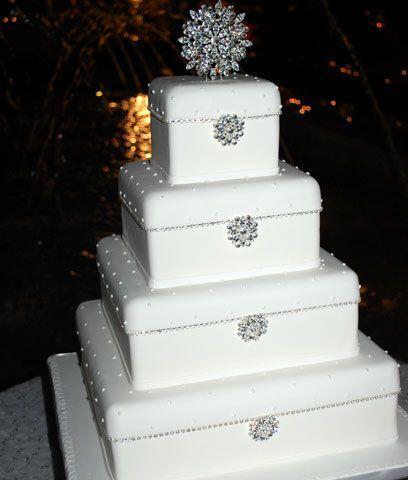El pastelUn pastel brillante fue el que partieron los novios y convidaro...