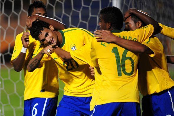 William Da Silva festeja el segundo gol de Brasil que lidera el Grupo B...