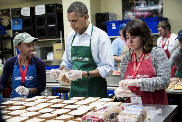 Obama hace sandwiches para los desvalidos