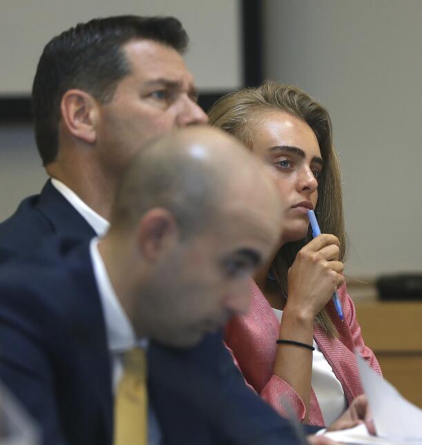 Michelle Carter escucha un testimonio durante su juicio, acompañada por...