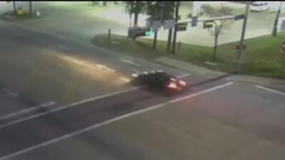 Intensifican la búsqueda de conductora que huyó tras atropellar mortalmente a un ciclista en Dallas