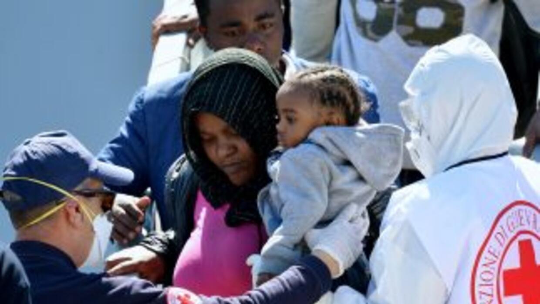 Cientos de inmigrantes rescatados del Mediterráneo por la marina italian...