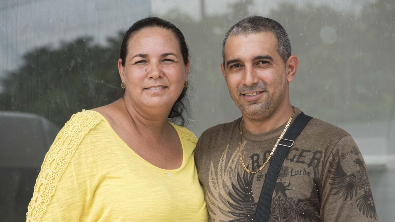 María Rodríguez y Evans Sánchez pusieron un puesto de comida improvisada...