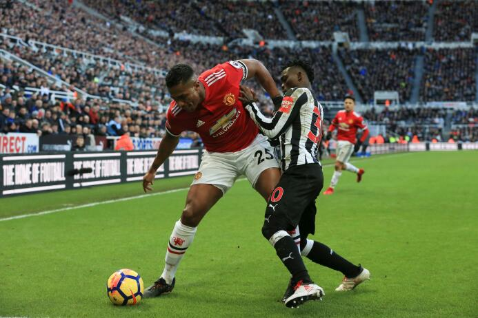 Newcastle sorprende y vence al Manchester United gettyimages-916958320.jpg