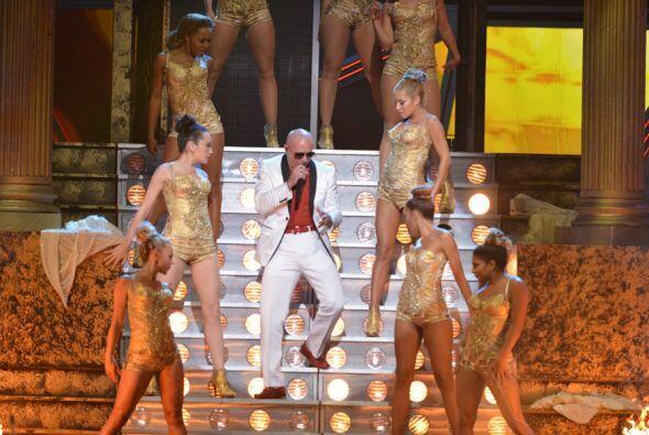 El rapero siempre se rodea de las mujeres más hermosas para sus shows.