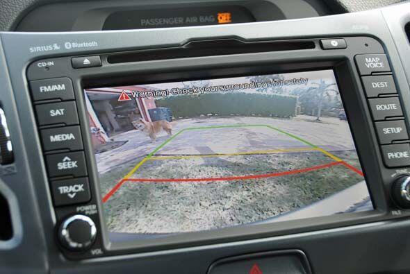 La cámara de reversa también es indispensable en un auto de estas caract...