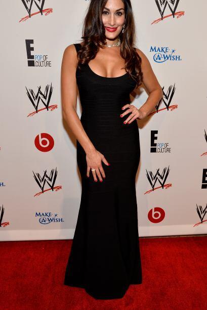 Nikki Bella le hace honor a su apellido y con ese escote, cualquiera se...