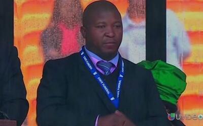 Y otro de los escándalos durante la ceremonia de Nelson Mandela f...