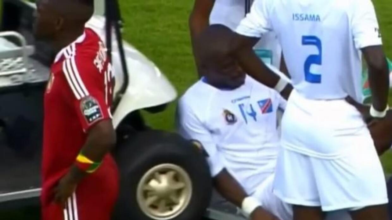 El defensa de la RD de Congo estuvo cerca de ser arrollado por el carrit...