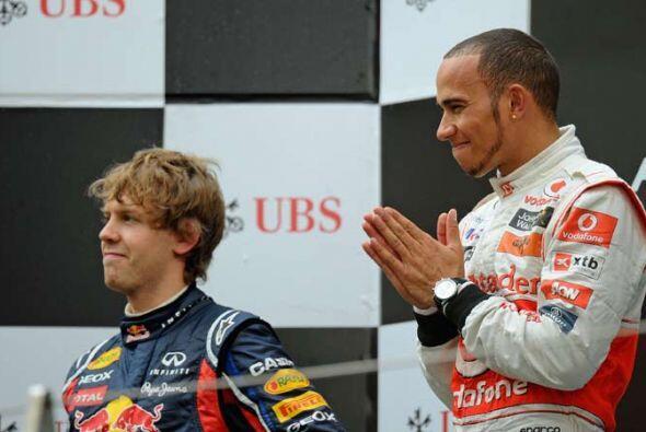 En el podio, Hamilton escuchó respetuoso el hímno nacional británico.