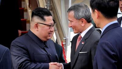 Guardaespaldas que corren, hordas que saludan: Kim Jong Un llega a Singapur como una estrella de rock