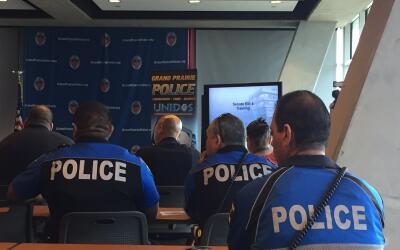 Policías asisten a una reunión sobre la ley SB4 en Grand P...