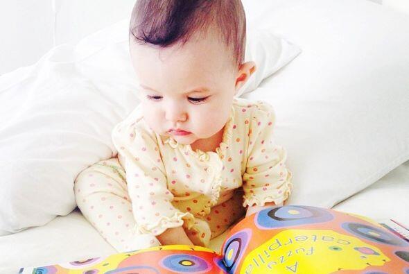 Aquí Luciana descubriendo los libros.