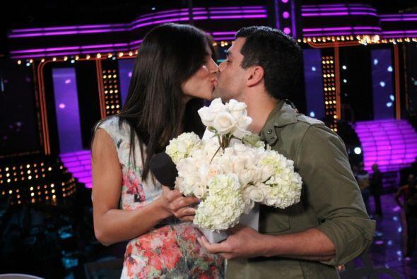Con este beso, la pareja selló su amor.
