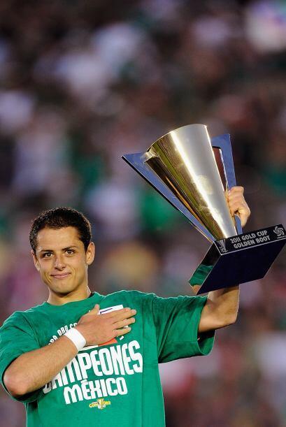 Y también el encargado de levantar el trofeo. Sin dudas un gran delanter...