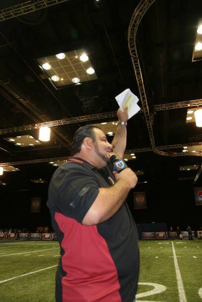 Rolando Cantó animando a la afición en el NFL Experience.