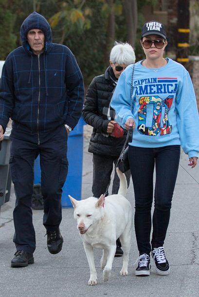 Mientras tanto, salió a pasear con sus padres y sus mascotas. M&a...