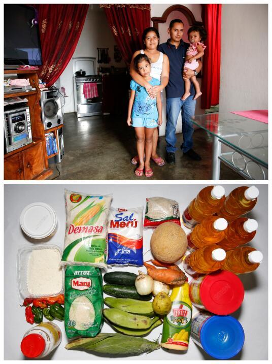 Lender Pérez posa en la foto con su esposa, sus dos hijos y muestra la c...