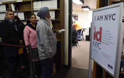 Neoyorquinos hacen fila para obtener la identificación municipal,...