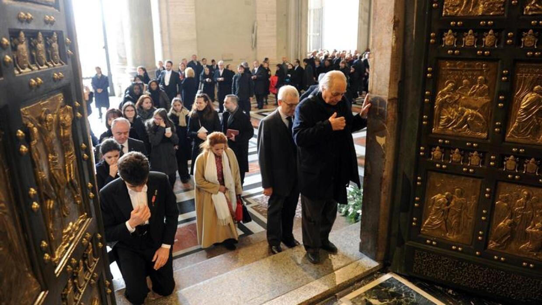 Feligreses cruzan la Puerta Santa tras la inauguración del Jubileo.