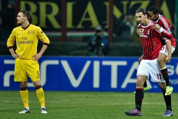 En la delantera no hay dudas, pues ante la ausencia del brasileño Pato,...
