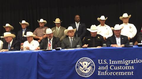 El sheriff del condado de Jackson, A.J. Louderback se dirige al p&uacute...