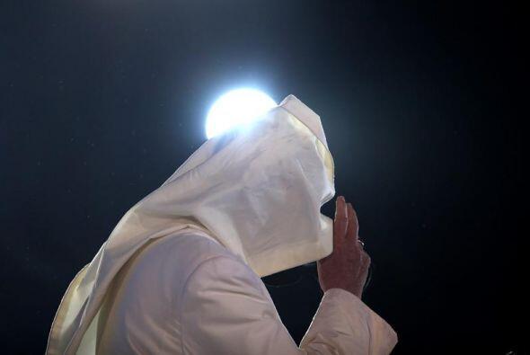 El papa Francisco oficia una misa detrás de su capa, revuelta por el vie...