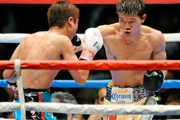 El japonés Daiki Kameda (amarillo) ganó por decisión unánime a su compat...