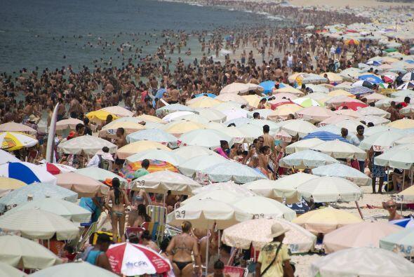 Las playas Río de Janeiro estaban llenas a pocos días del fin de año, cu...
