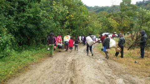 Indígenas desplazados emprenden su regreso a sus casas en el muni...