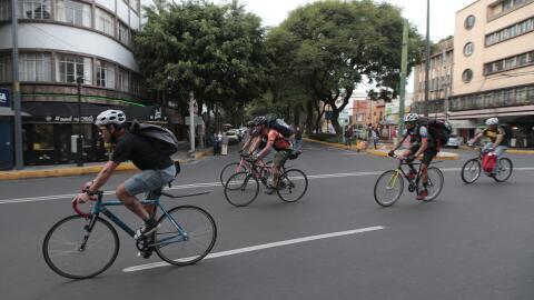 Voluntarios ciclistas llevan donaciones luego del terremoto en Ciudad de...