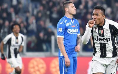 El jugador de la Juventus, Alex Sandro, derecha, festeja un gol contra E...