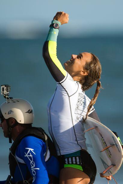 Moore aprendió a surfear de su padre. Ella tiene una hermana menor Cayla...