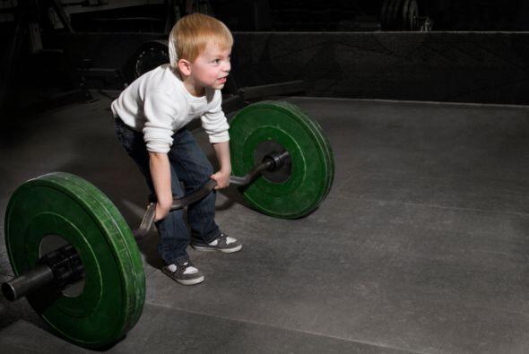 Reconoce tus límites: Un niño persevera y trata incansablemente de alcan...